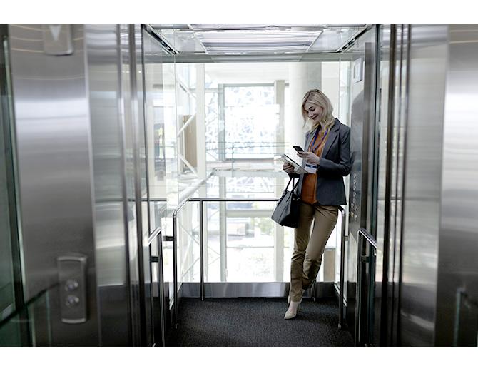 Somos expertos en garantizar la accesibilidad a los edificios que disponen o no de ascensores. Mediante la cota cero, el acceso al edificio lo ponemos a pie de calle. Evitando barreras arquitectónicas en el acceso