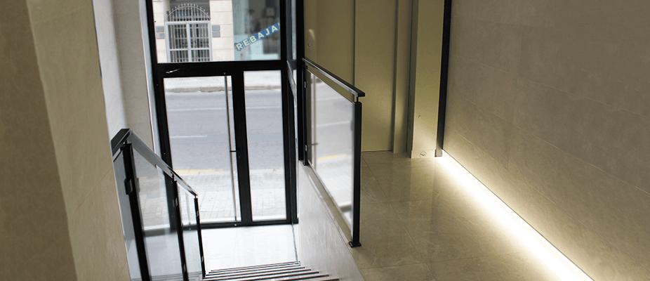 Accesibilidad a pie de calle mediante la cota cero en ascensores. Realización de la modernización del ascensor en este edificio de Valencia.